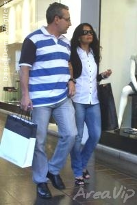 Patricia França passeia com o marido em shopping